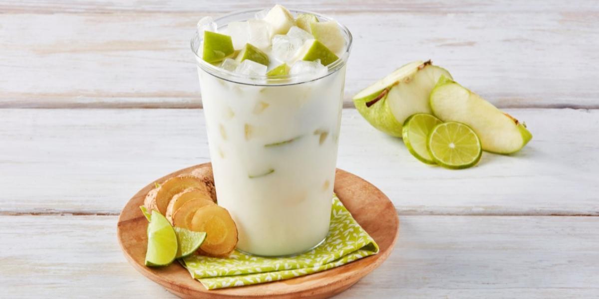 Agua de limón, jengibre y cubos de manzana