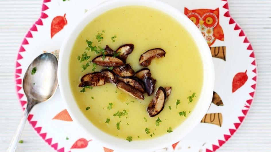 Kremowa zupa ziemniaczana przyprawiona grzybami