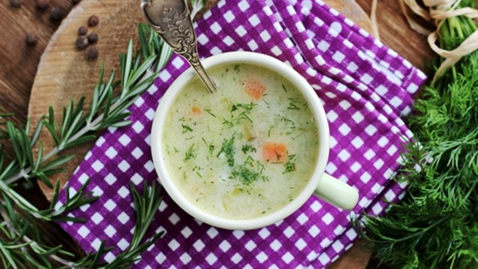 Zupa ogórkowa z ryżem i siekanym koperkiem