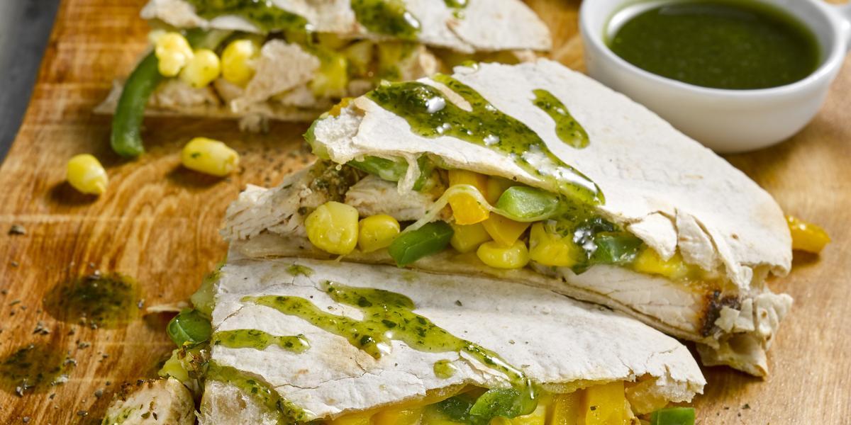Wraps de Pavo con Salteado de Verduras, Queso y Salsa Verde