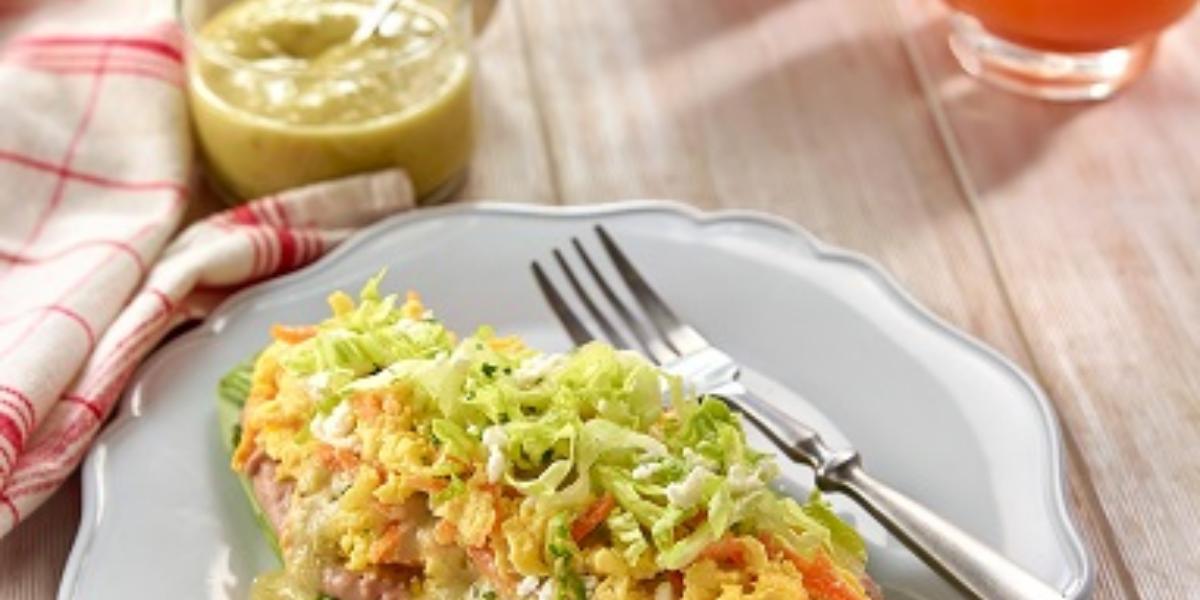 Huarache de nopal con huevo, zanahoria y salsa verde