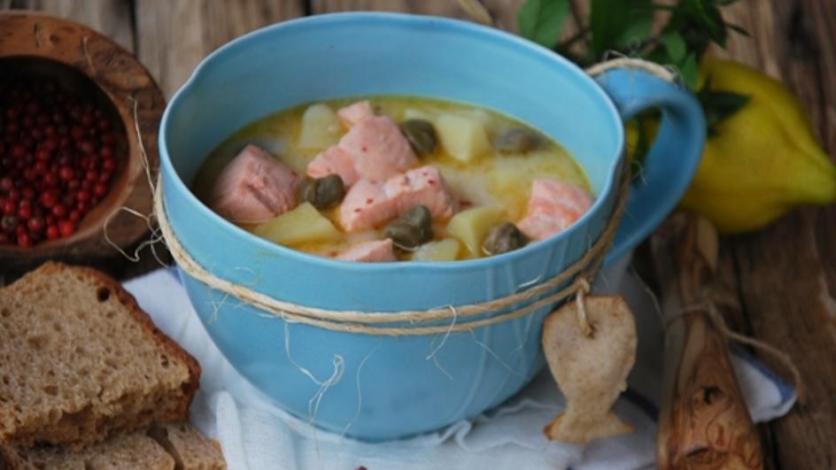 Zupa rybna z łososiem i kaparami
