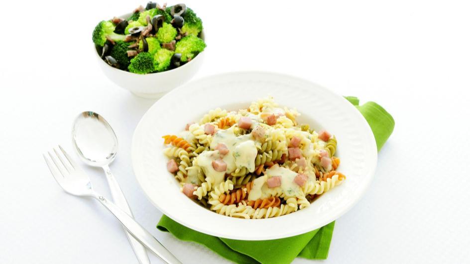 Fusilli met broccoli, ham en kaas