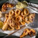 Καλαμαράκια τηγανιτά με σάλτσα αγιολί