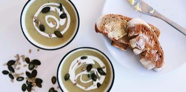 Łagodna zupa cebulowa krem z prażonymi pestkami dyni i słonecznika