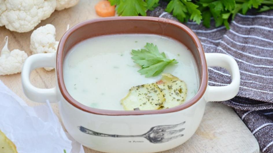 Kremowa zupa jarzynowa z chipsami ziołowo – ziemniaczanymi