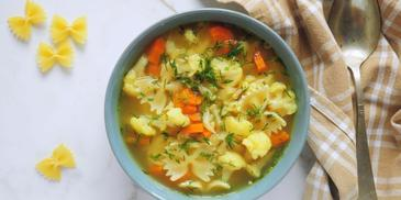 Zupa kalafiorowa na rosole z makaronem