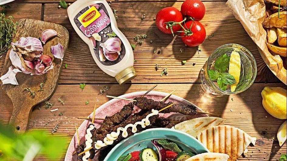 Szisz kebab z sałatką z pomidorów i ogórków małosolnych