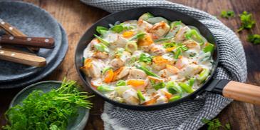 Kolorowa patelnia z kurczakiem i warzywami