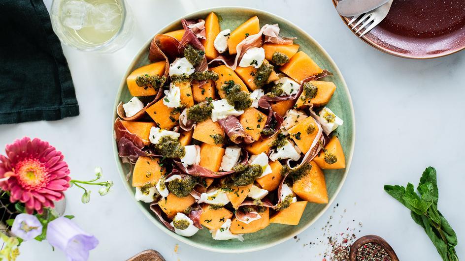 Melonensalat mit Schinken und Minzpesto