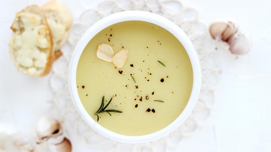 Zupa czosnkowa z grzankami serowymi
