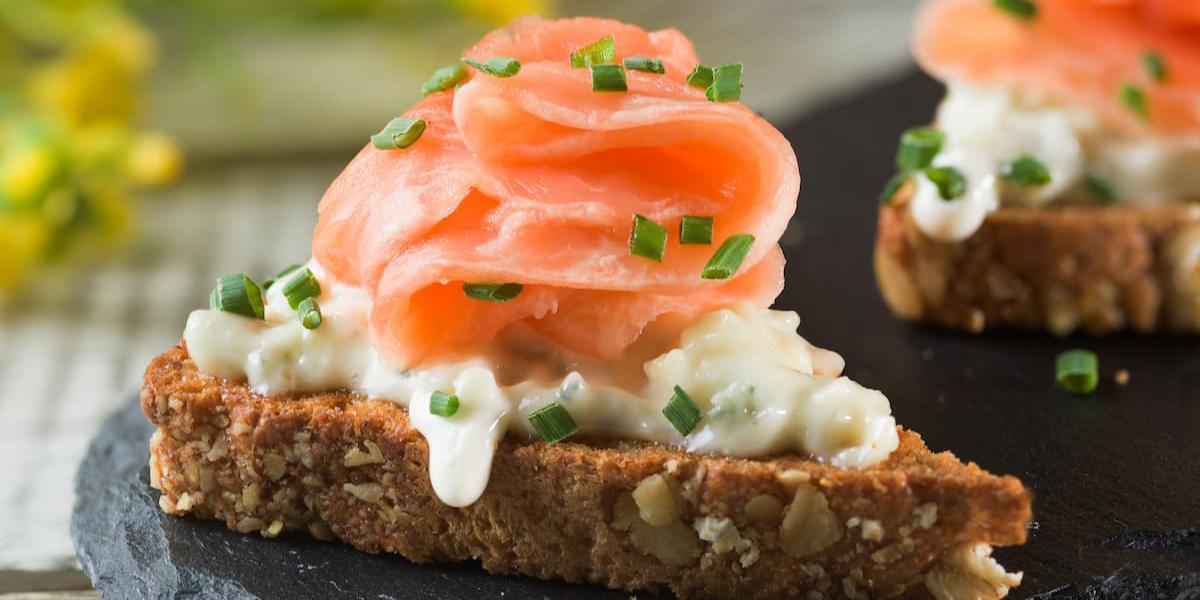 Bruschetta de salmón, queso azul y cebollín