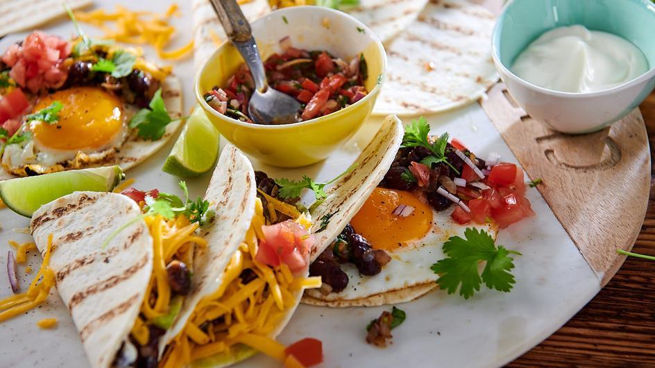 Tacos ze smażoną fasolą i jajkiem