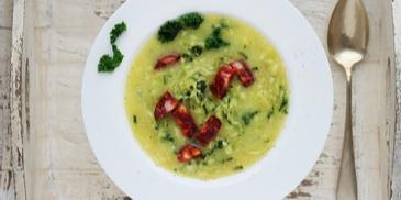 Portugalska zupa caldo verde z jarmużem i chorizo