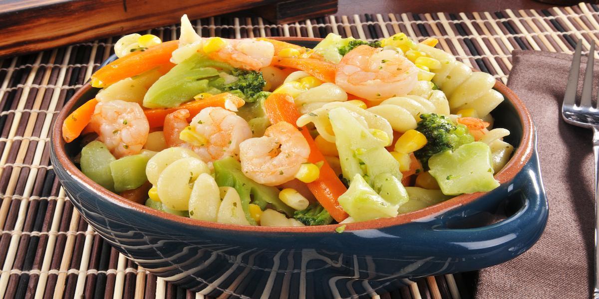 Ensalada de pasta corta y camarón