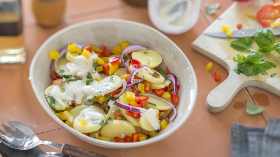 Bunter Kartoffelsalat mit Basilikum