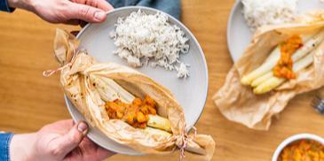 Spargel in Backpapier mit Papaya-Hollandaise