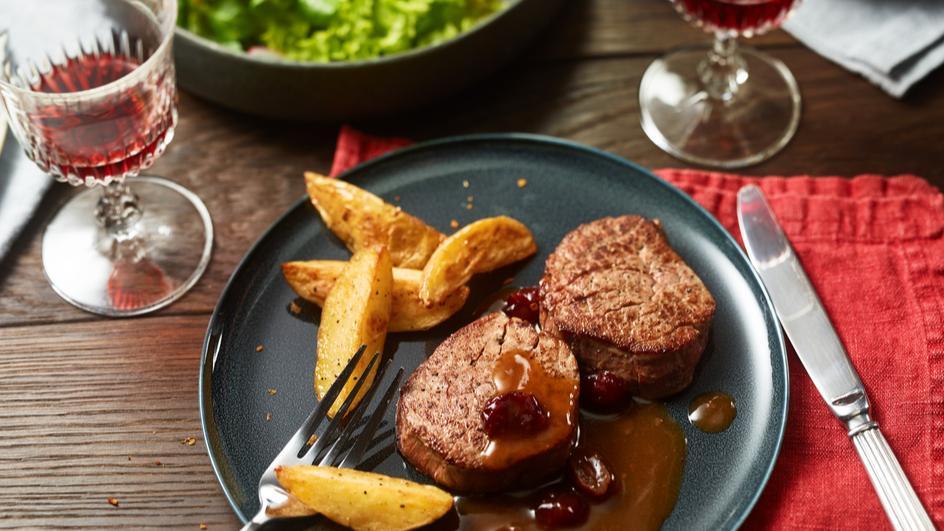Rindermedaillons mit feiner Cranberry-Braten-Sauce