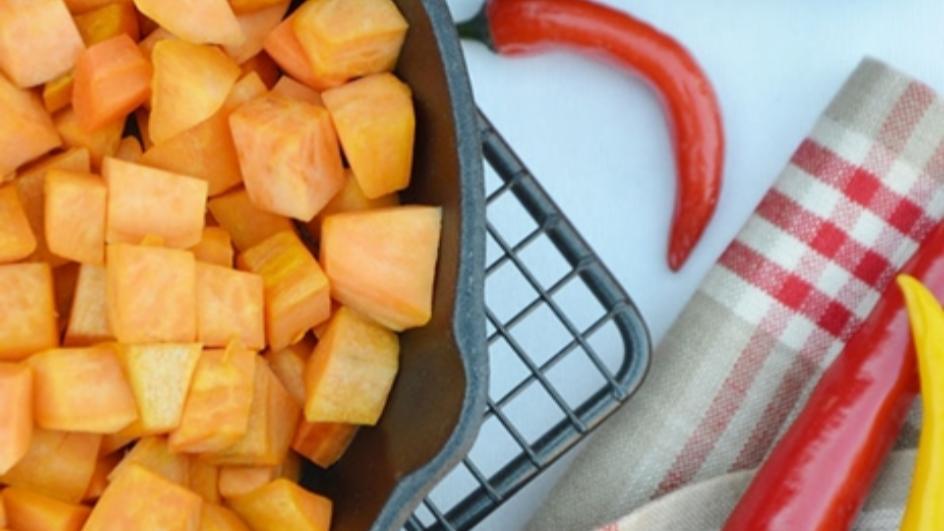 Kremowa grochówka z makaronem, batatami i kindziukiem