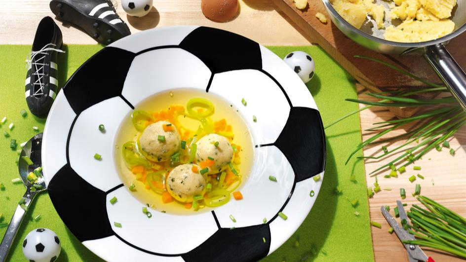 Fußball-Klößchen Suppe