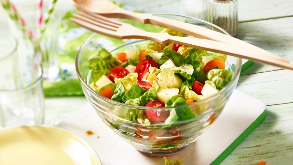 Fruchtiger Salat mit scharfem Dressing