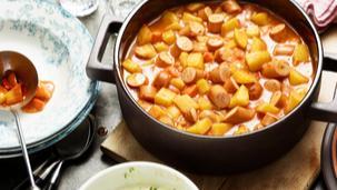Würstchen-Kartoffel-Gulasch mit Senf-Schmand