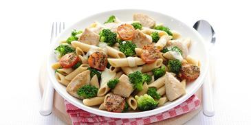 Kalkoenfilet met broccoli, trostomaatjes en volkoren penne