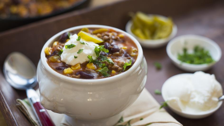 Bunte Tomatensuppe mit Reis und feurigen Jalapenos