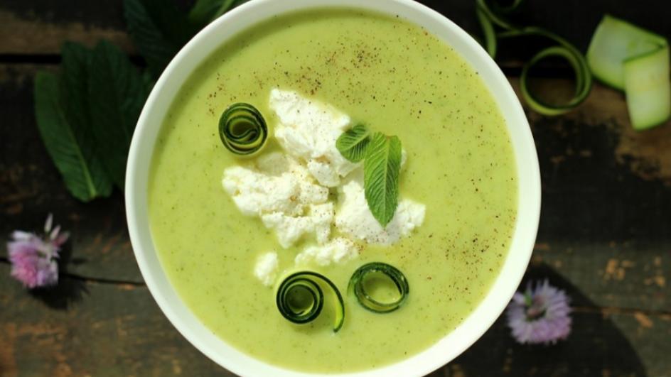 Miętowa zupa krem z cukinii z serem ricotta