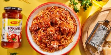Spaghetti bolognese z klopsikami i warzywami