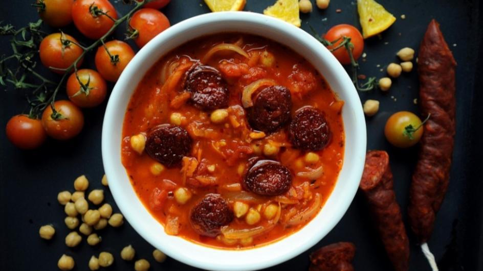 Zupa z ciecierzycy z kiełbasą