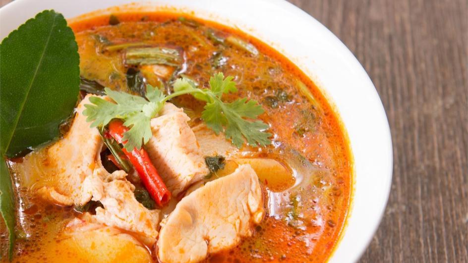 Zupa tajska z łososiem