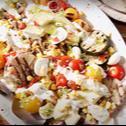 Cobb salad z kurczakiem, grillowanymi warzywami i grillowaną kukurydzą
