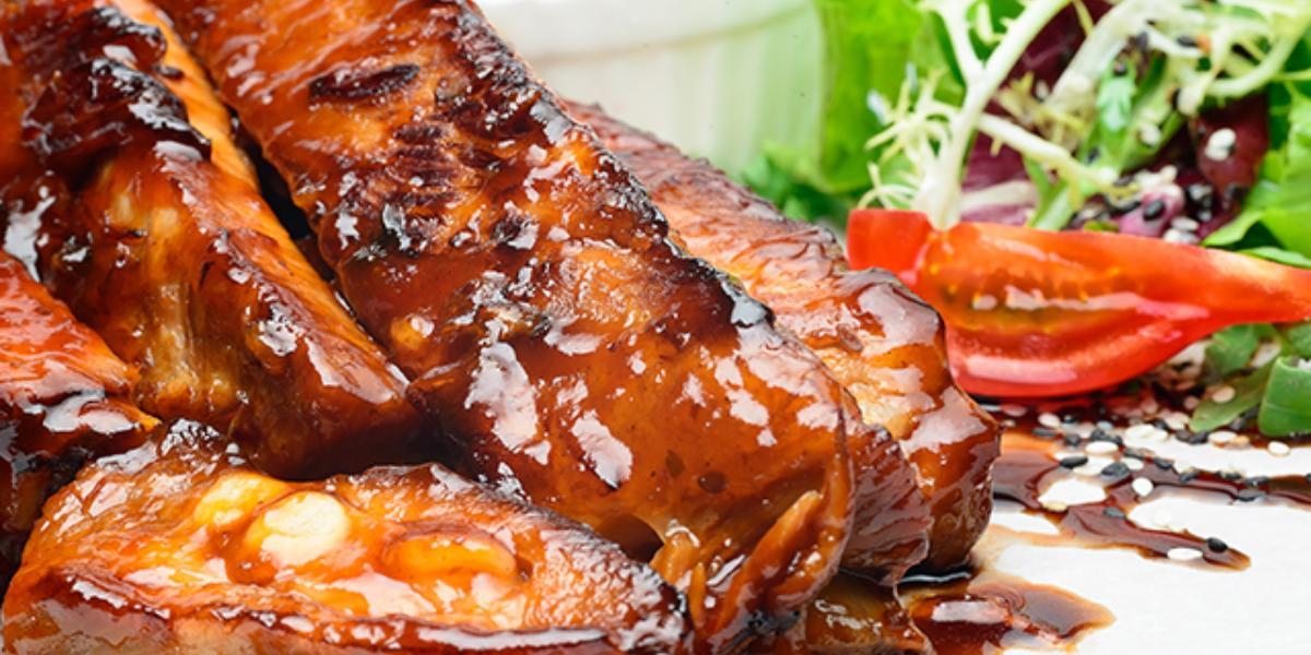 Costillas de cerdo en salsa barbacoa, jugo de piña y ají chombo