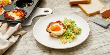 Frühstücksmuffins mit Ei und Bacon