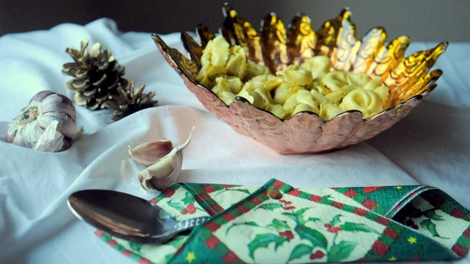 Wigilijny barszcz z uszkami lub tortellini
