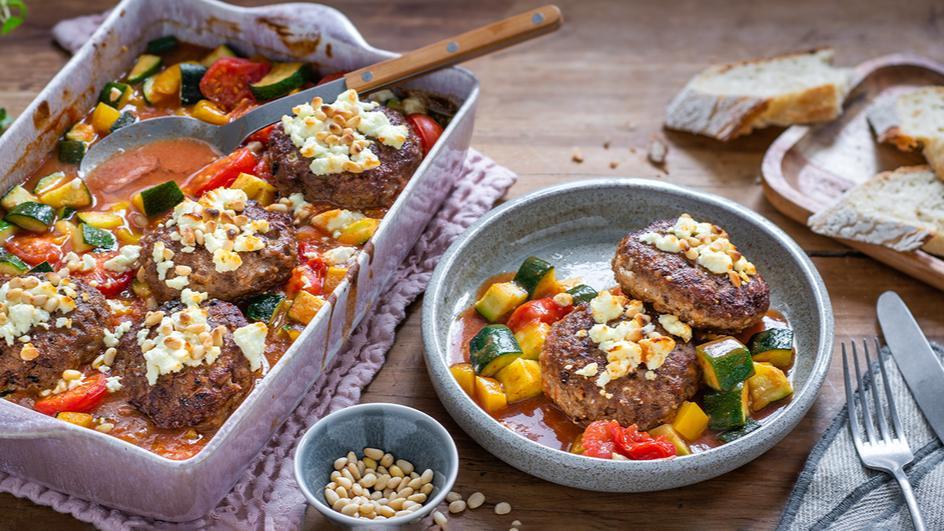 Ratatouille-Feta-Gratin mit Frikadellen