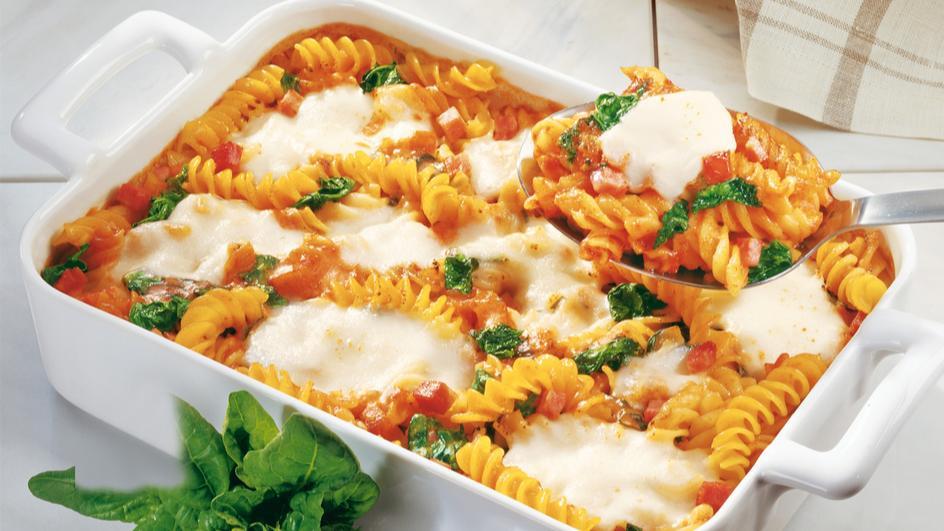 "Nudelauflauf ""Tomate-Mozzarella"" mit Spinat"