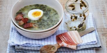 Zupa szczawiowa z jajkiem i chrupiącym boczkiem
