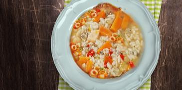 Pikantna pileća juha s paprikama i rižom