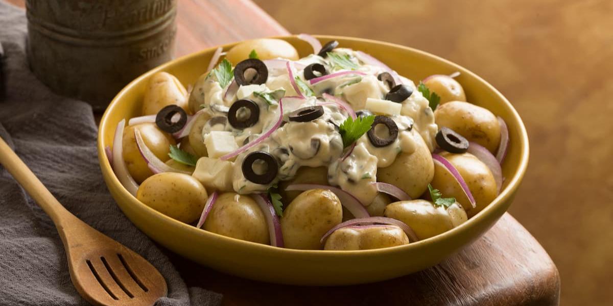 Papas en salsa de mayonesa de olivas negras