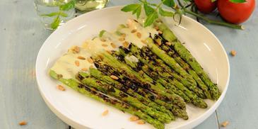 Gegrilde groene asperges met aspergesaus