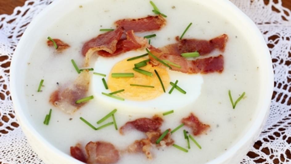 Barszcz biały chrzanowy na zakwasie z jajkiem i chrupiącym boczkiem