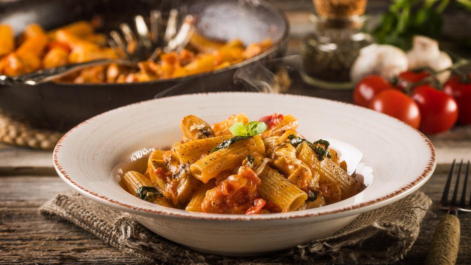 Ριγκατόνι με μανιτάρια, μοτσαρέλα και σάλτσα τομάτας