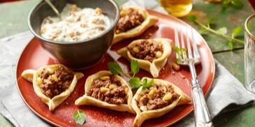 Libanesische Teigtaschen mit Joghurt-Tahin-Dip