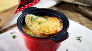 Запечена пилешка супа на фурна със сметана и кашкавал