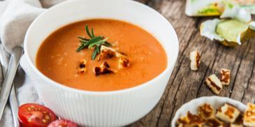 Polievka z pečených paradajok a syrom halloumi