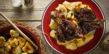 Κότσι μαγειρεμένο σε ημίγλυκο κρασί με πατάτες παρμεζάνα