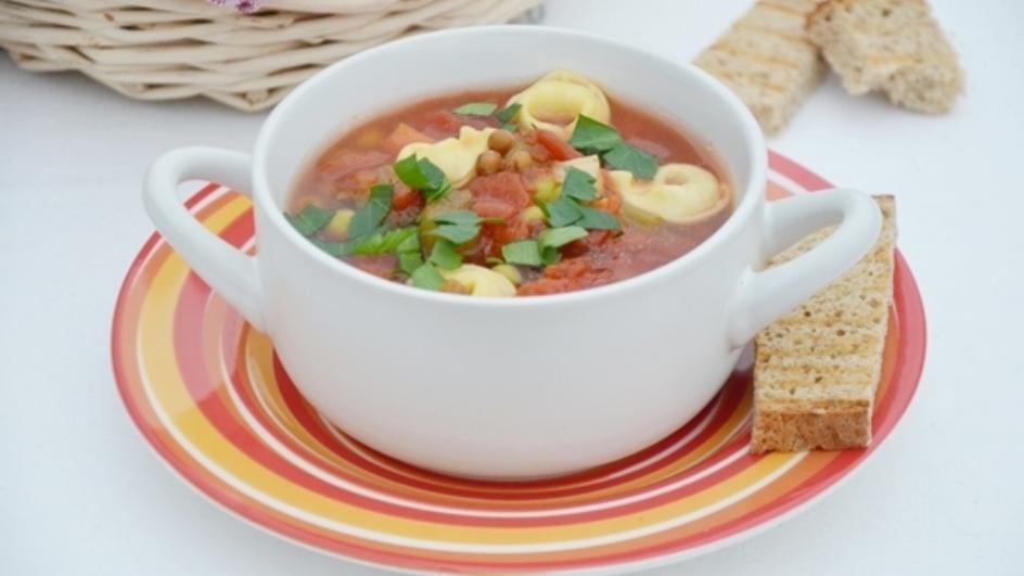 Rozgrzewające minestrone z serowym tortellini