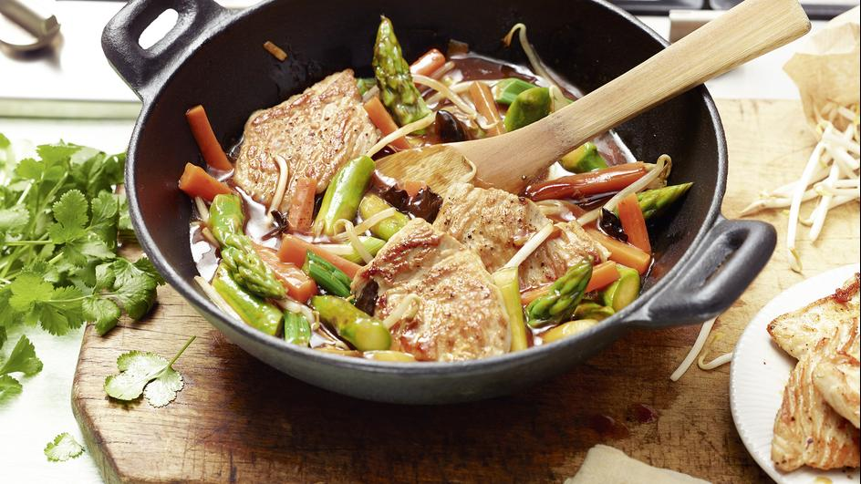 Asiatisches Spargel-Gemüse aus dem Wok mit Putenmedaillons